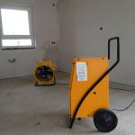 Feuchtigkeitsbeseitigung mit Ventilator und Trocknungsgerät